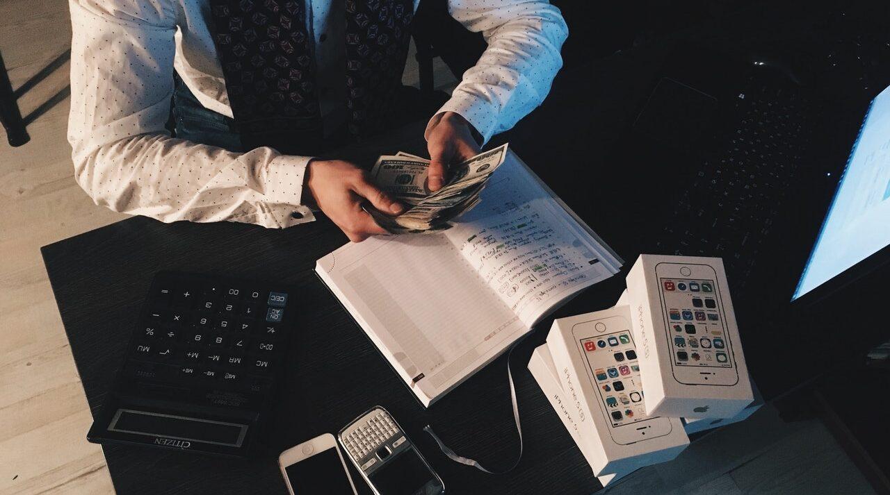 Hvordan tjener man penge på aktier